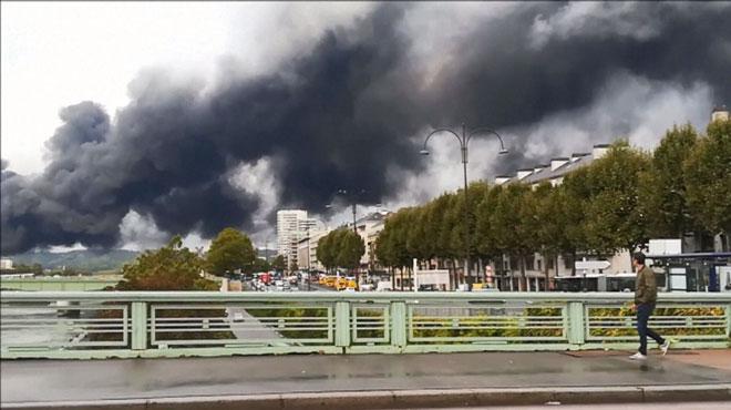 Incendie dans une usine chimique de Rouen: le nuage se dirige vers la Belgique