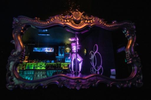 Des robots pole danseurs aux côtés des strip-teaseuses dans un club nantais