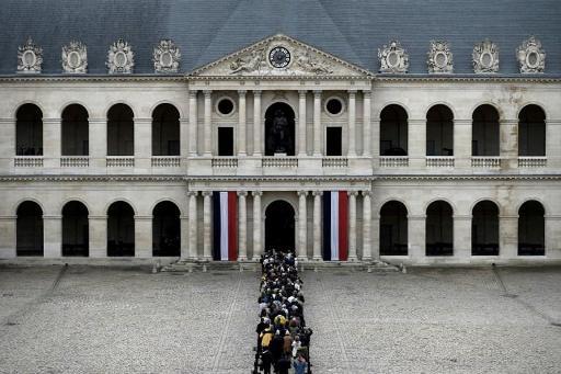 L'hommage populaire à Jacques Chirac lancé, des milliers de personnes rassemblées