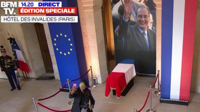 Images CHOQUANTES: ils prennent des selfies devant le cercueil de Jacques Chirac aux Invalides