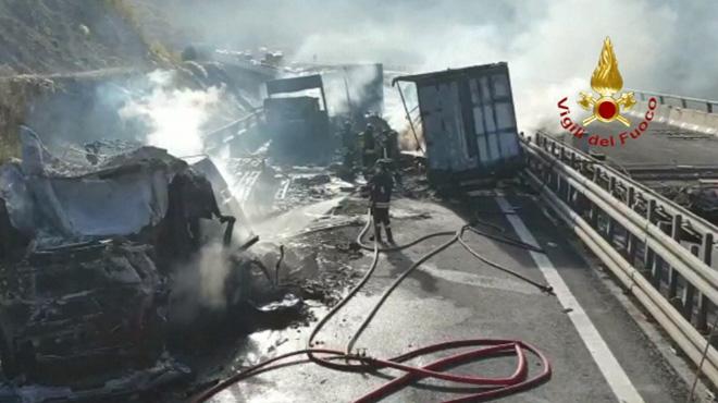Accident impressionnant en Italie: 3 camions prennent feu sur une autoroute