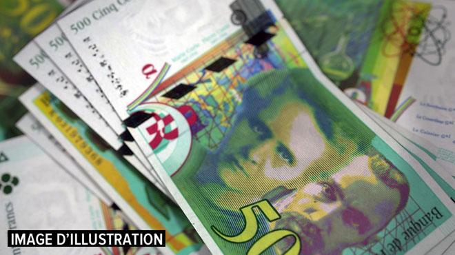 72.900 francs en petites coupures: en rénovant son appartement, il découvre une énorme liasse de billets