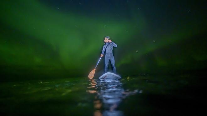 SPECTACULAIRE: il surfe dans l'eau glacée de l'extrême nord du globe sous les aurores boréales (photos)