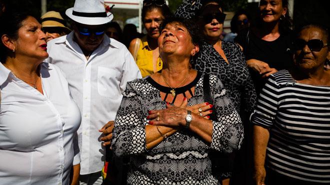 Inconsolables, les fans du crooner mexicain José José lui disent adieu à Miami