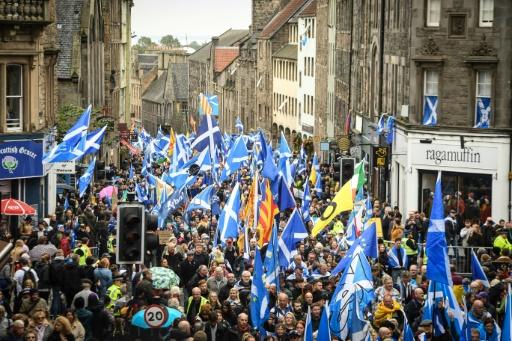 Des milliers de manifestants à Edimbourg pour l'indépendance de l'Ecosse