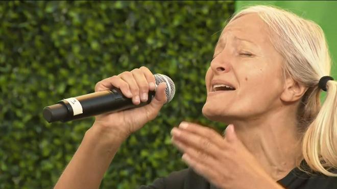 La chanteuse SDF du métro de Los Angeles se produit sur scène