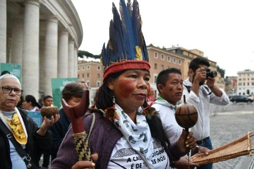 Amazonie: l'hymne du pape François aux coiffes à plumes