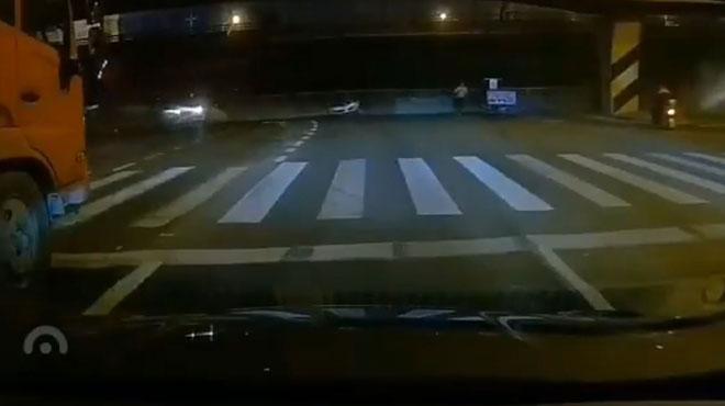Effondrement spectaculaire en Chine: un pont S'ECROULE et écrase des voitures en contrebas