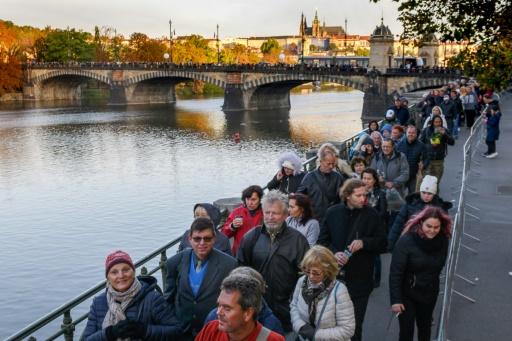 Des milliers de Tchèques disent adieu au chanteur Karel Gott