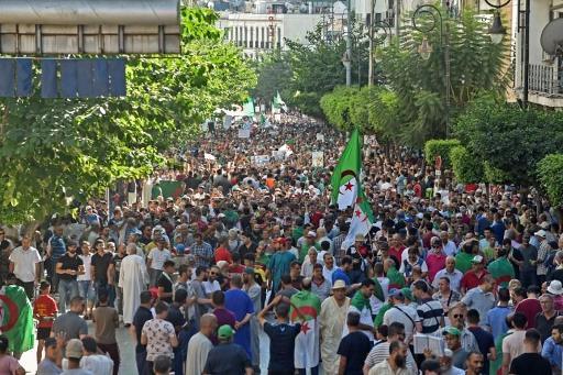 Les Algériens à nouveau dans la rue, défiant le