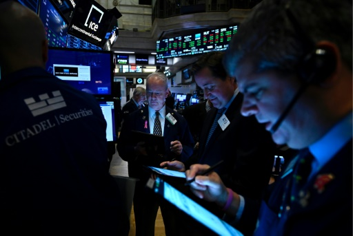 Wall Street ouvre proche de l'équilibre, prudente sur le commerce