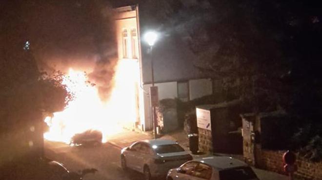 Plusieurs voitures incendiées à Uccle: le feu a démarré sur un véhicule et s'est propagé