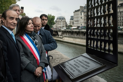 Paris: une stèle en hommage aux victimes algériennes du 17 octobre 1961