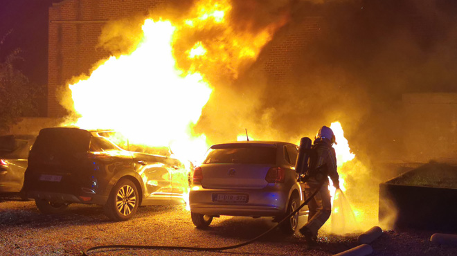 Garées sur le parking d'un restaurant à Gosselies, 4 voitures prennent feu