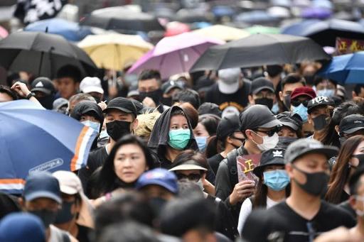 Mouvement de contestation à Hong Kong - La foule défie la police après l'agression de deux militants