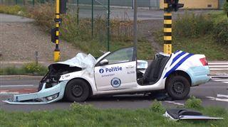 Violente collision entre une voiture de police et un camion poubelle à Anvers- 3 policiers grièvement blessés 4