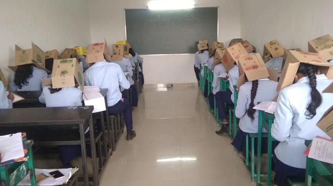 En Inde, une école met des boîtes en carton sur la tête des élèves… pour éviter qu'ils ne trichent