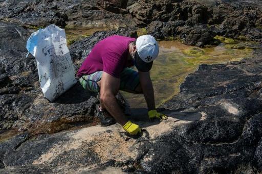 Brésil: des taches de pétrole sur des maillots de foot pour dénoncer la pollution