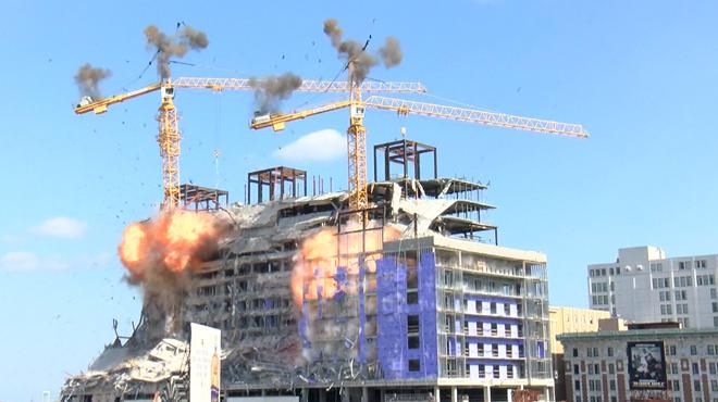 Après l'effondrement d'un hôtel en construction, l'ouvrage et les grues sont détruites par une explosion