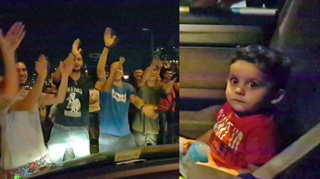 En pleine manifestation contre le gouvernement libanais, ils entonnent Baby Shark pour ce petit garçon