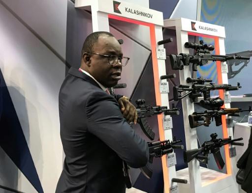 Chars d'assaut et kalachnikovs: la Russie étale ses armes pour séduire l'Afrique