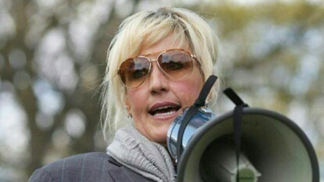 Erin Brockovich se lance dans un nouveau combat: elle aide des Australiens dans leur combat contre la pollution de leur sol