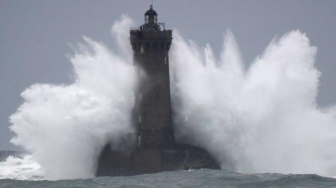 La tempête Amélie s'abat sur la France: 140.000 foyers privés d'électricité