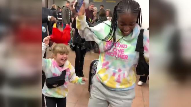 Un accueil incroyable: Anae et Jeny reviennent à Bruxelles en stars après leur passage dans une émission américaine