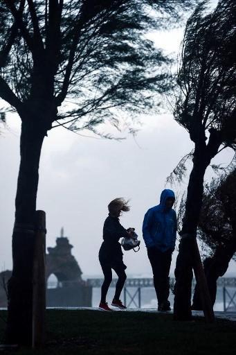 France: la tempête Amélie balaie la côte Atlantique, une septuagénaire portée disparue