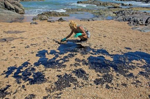 Moins de pétrole s'échoue sur les plages du Brésil
