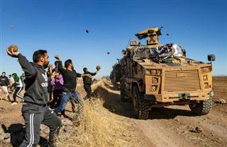 Syrie- des Kurdes caillassent les blindés d'une patrouille russo-turque