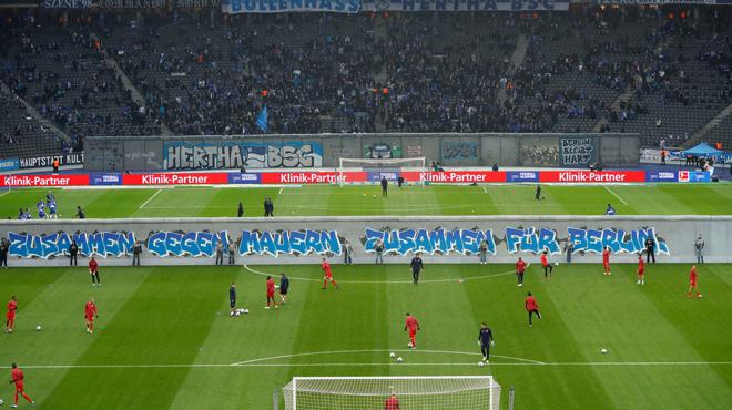 Le Hertha Berlin se souvient du Mur de Berlin en dressant une réplique dans son stade (photos)