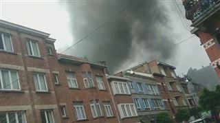 Fumée impressionnante et odeur de plastique brûlé à Uccle- le toit d'une carrosserie a pris feu