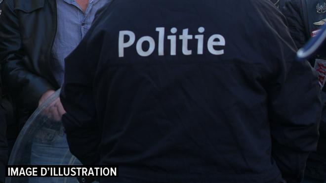 Un individu attaque soudainement des passants avec un bâton à Courtrai: trois blessés, dont deux grièvement