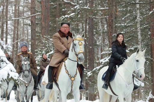 Pyongyang diffuse à nouveau d'énigmatiques photos de Kim chevauchant dans la neige