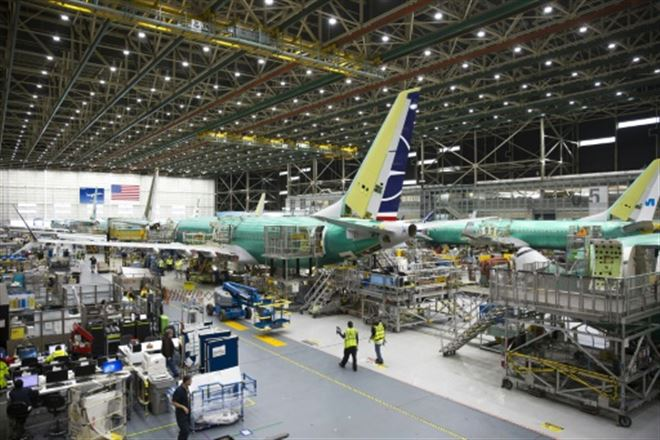 Boeing se résout à suspendre la production du 737 MAX, interdit de vol