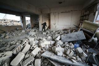 Face à l'avancée du régime, des Syriens disent adieu à leur ville Saraqeb