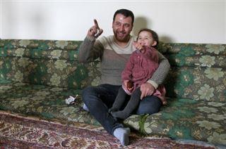 Dans la Syrie en guerre, un père apprend à sa fille à rire des bombardements