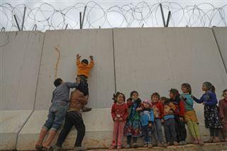 A la frontière turque, des Syriens rêvent de faire tomber le mur