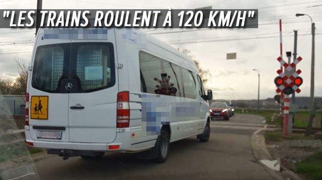 Des voitures et des bus traversent un passage à niveau malgré les FEUX ROUGES à Mouland- C'est aussi grave que de faire demi-tour sur l'autoroute (vidéo)