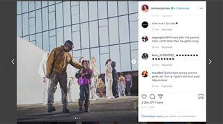 North West s'est mise à chanter pendant le défilé de son père Kanye West (vidéo)