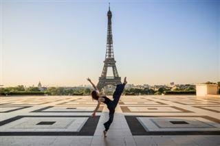 A Paris, arabesques et développés devant les monuments désertés