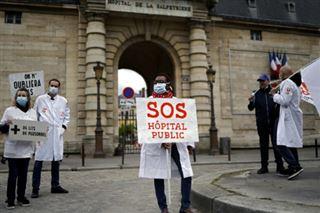 Coronavirus en France- un 1er-Mai aux fenêtres et sur les réseaux sociaux, confinement oblige