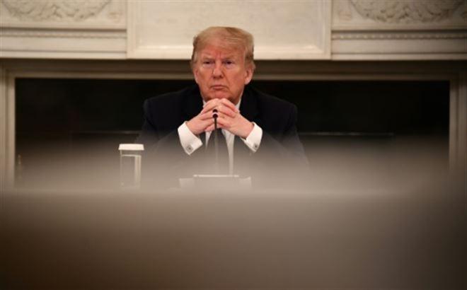 Trump annonce qu'il prend de l'hydroxychloroquine et suscite un tollé