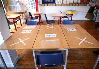 Rentrée pour les écoliers anglais, nouvelle étape d'un déconfinement critiqué