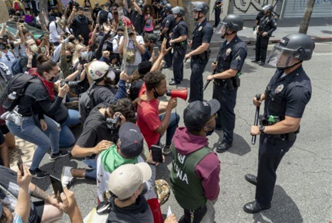 Manifestants regroupés par la police dans un stade, l'université de Californie à Los Angeles proteste