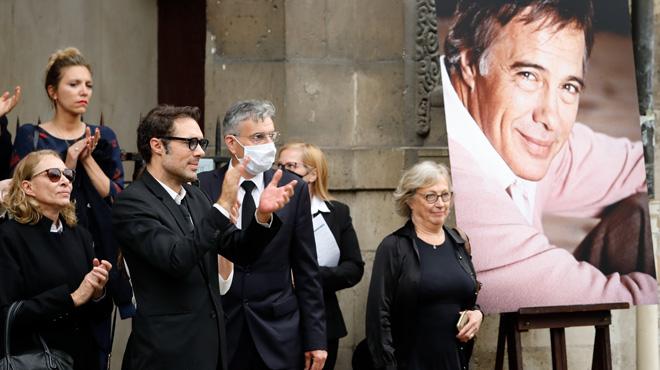 Grande émotion lors du dernier hommage à Guy Bedos- de nombreuses personnalités font leurs adieux à l'artiste (vidéo)