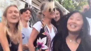 Derrière un grand sourire et quelques pas de danse, Laeticia Hallyday est très inquiète- Restons forts (vidéo)