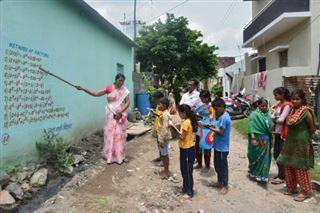 Virus- dans une bourgade indienne, les murs sont des cahiers pour les élèves privés d'école