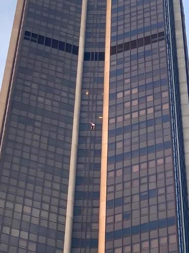 Un Polonais interpellé après avoir escaladé la Tour Montparnasse à Paris